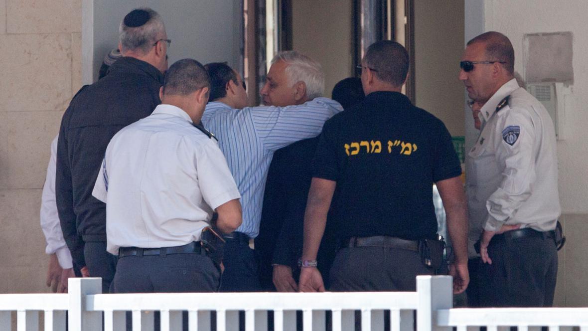 Moše Kacav se loučí se synem před nástupem do vězení