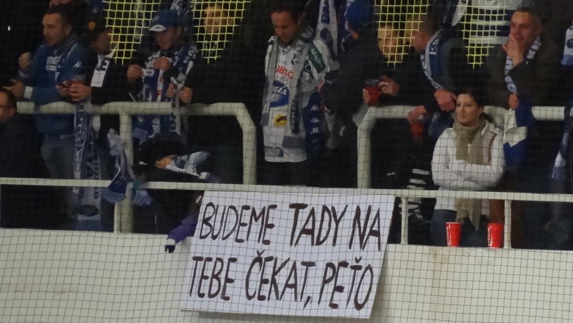 Fanoušci se transparentem rozloučili s Petrem Hubáčkem