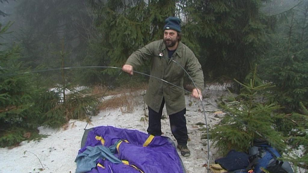 Táborník si připravuje stan