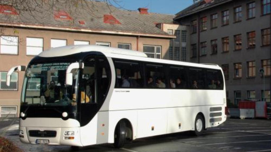 Autobus převážející české lékaře