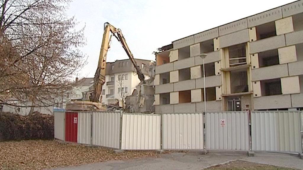 Bouraní panelového domu