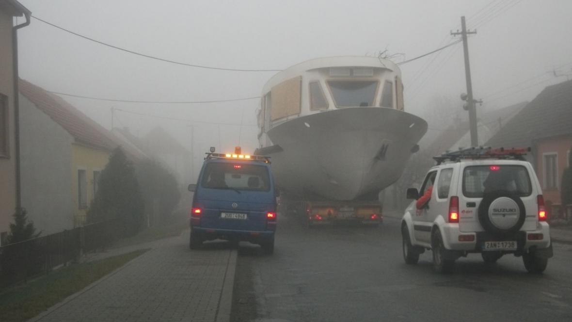 Lodě jen stěží projížděly pod dráty elektrického vedení