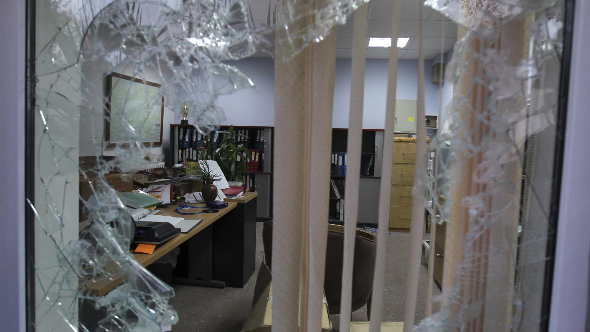 Rozbité okno na britské ambasádě v Teheránu