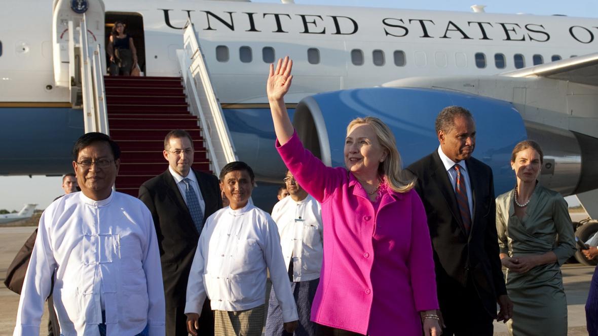 Hillary Clintonová po příletu do Barmy