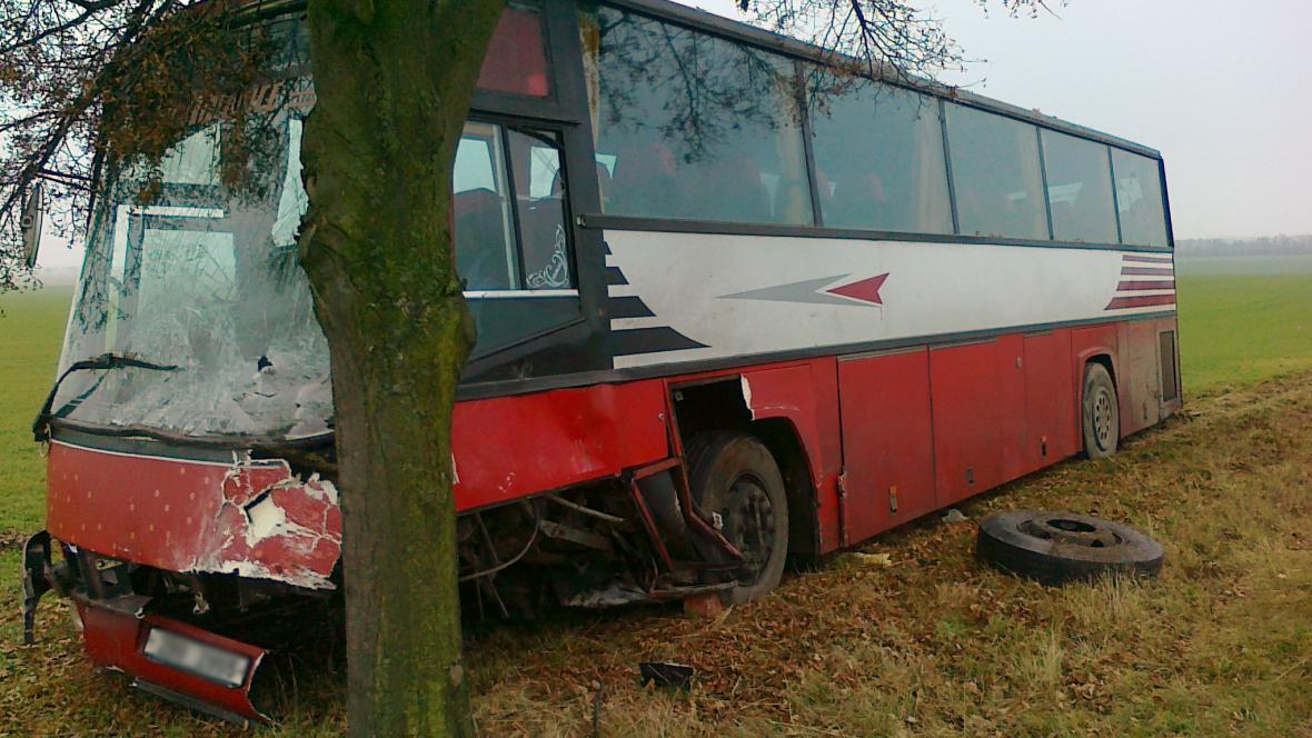 Nehoda autobusu a auta u Suchohrdel na Znojemsku