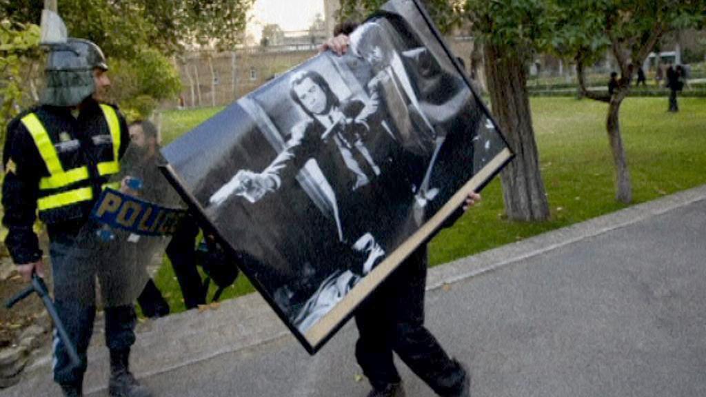 Policisté vynášejí věci z britské ambasády v Teheránu