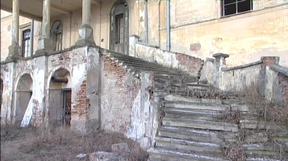Zdevastovaný zámek v Hrušovanech nad Jevišovkou dále chátrá