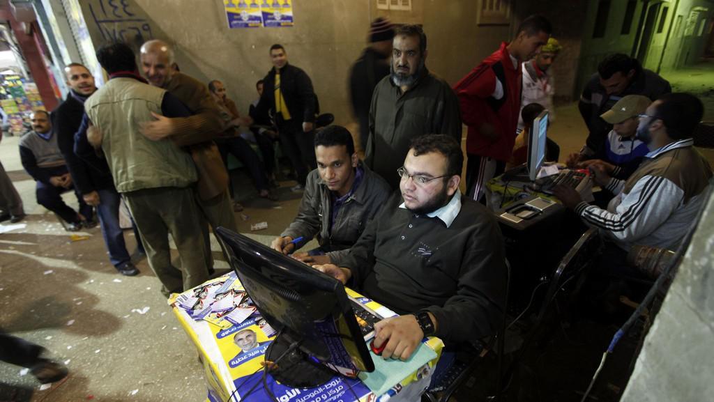Dobrovolníci Muslimského bratrstva poradí voličům, kam do jaké místnosti jít volit