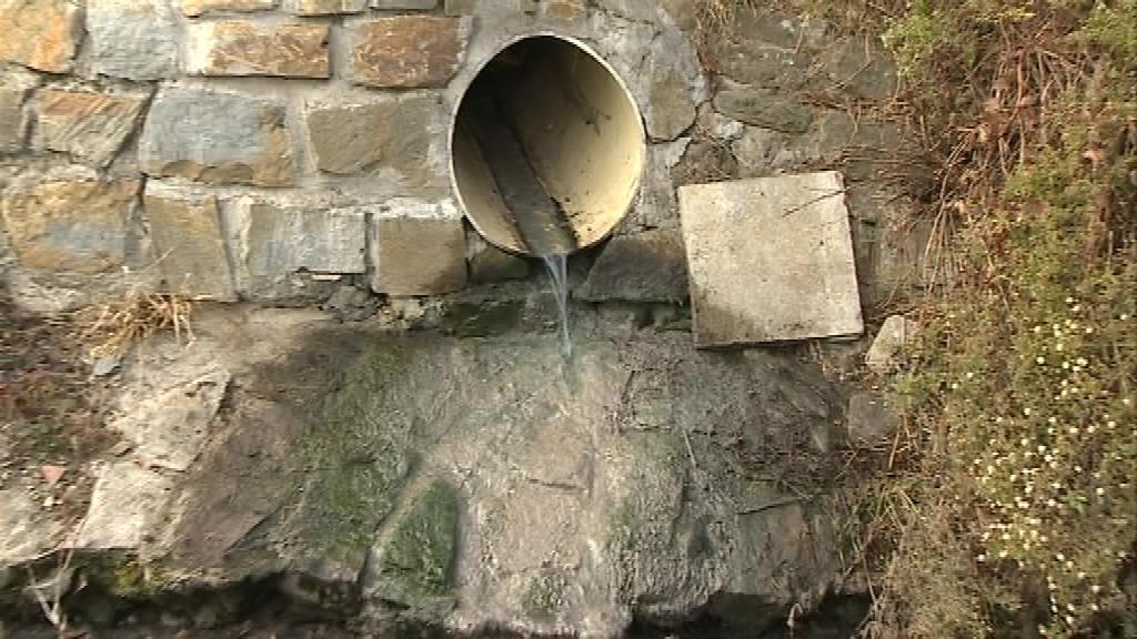 Voda odtéká přímo do potoka