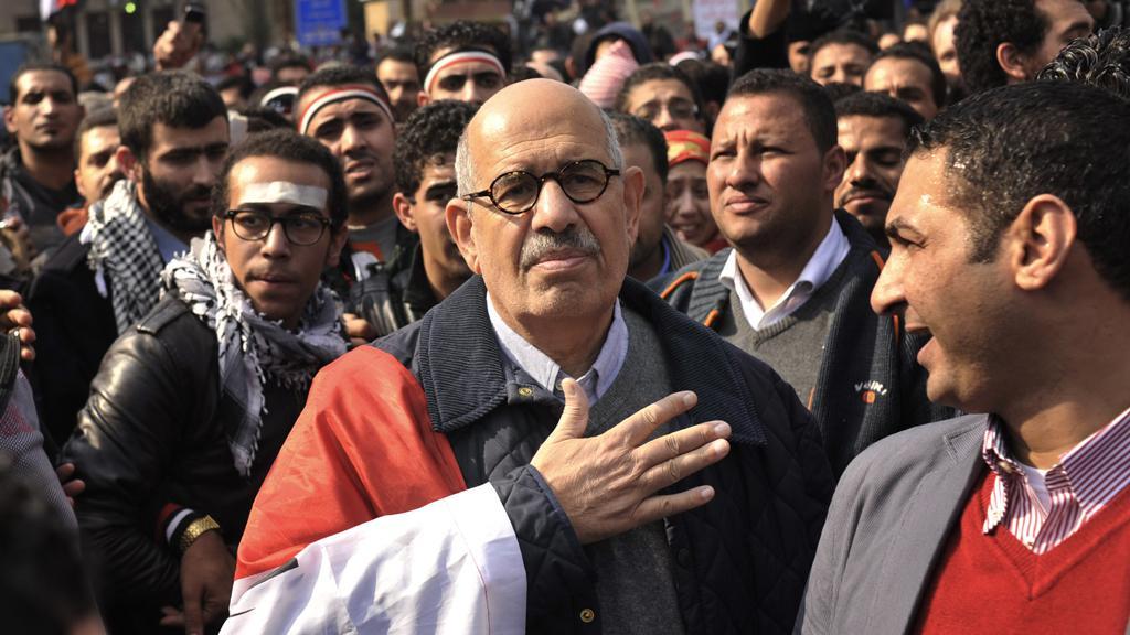Muhammad Baradej mezi demonstranty v Káhiře