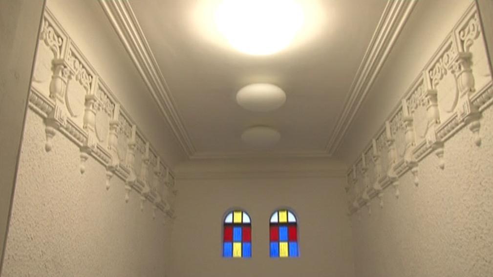 Štukem zdobený strop v domě, v němž žil Hugo Haas