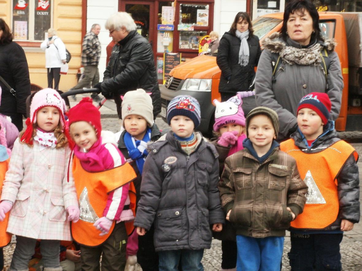 Děti sledují instalaci vánočního stromu
