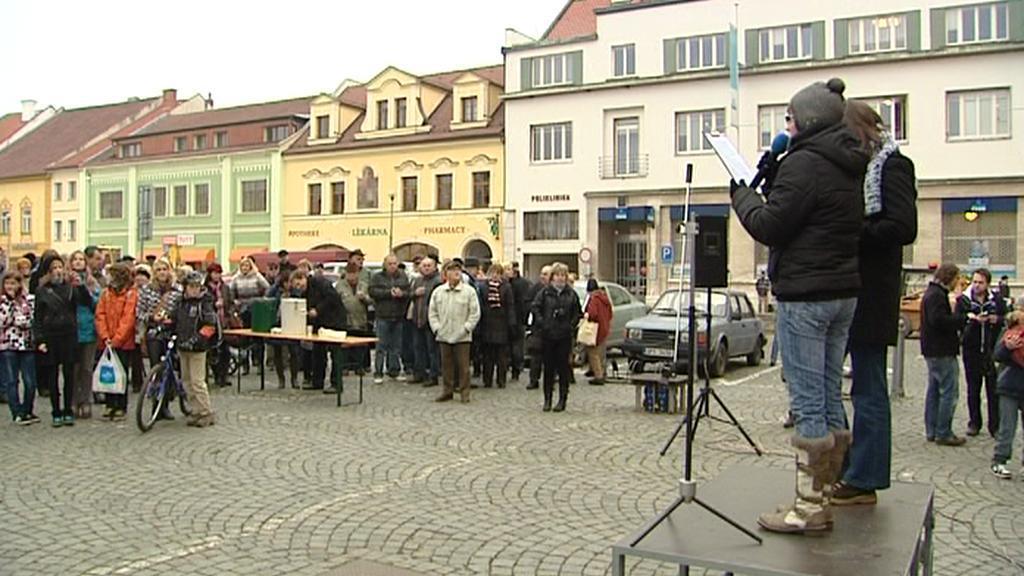 Demonstrace před sušickou radnicí