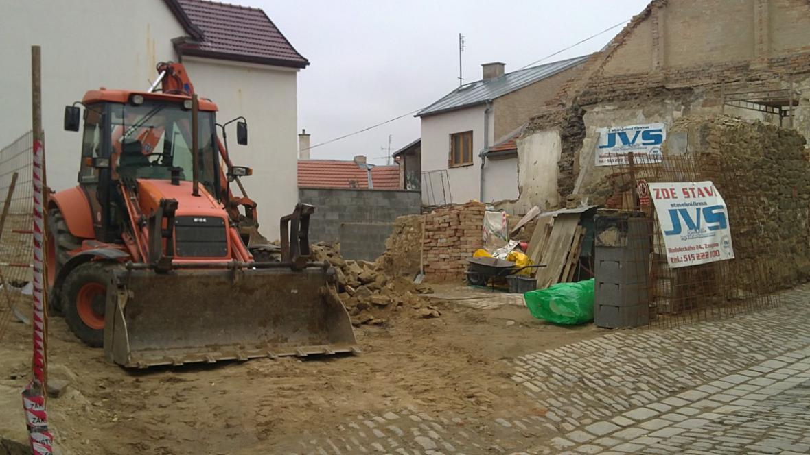 Dům srovnaly se zemí těžké stroje