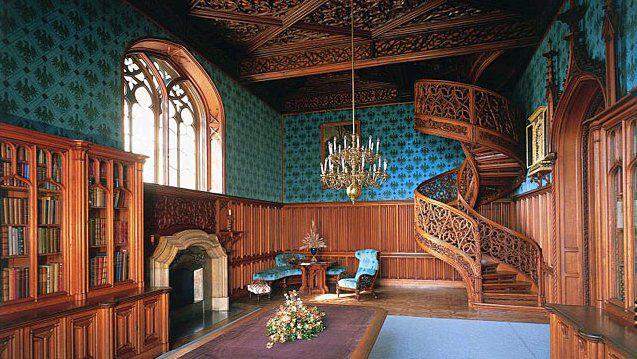Knihovna zámku v Lednici s točitým schodištěm