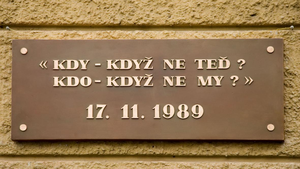 Pamětní deska k výročí 17.11.1989