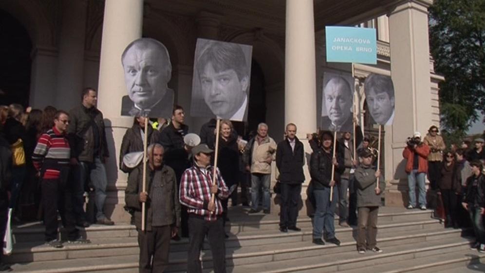 Demonstrující se začali scházet před Mahenovým divadlem