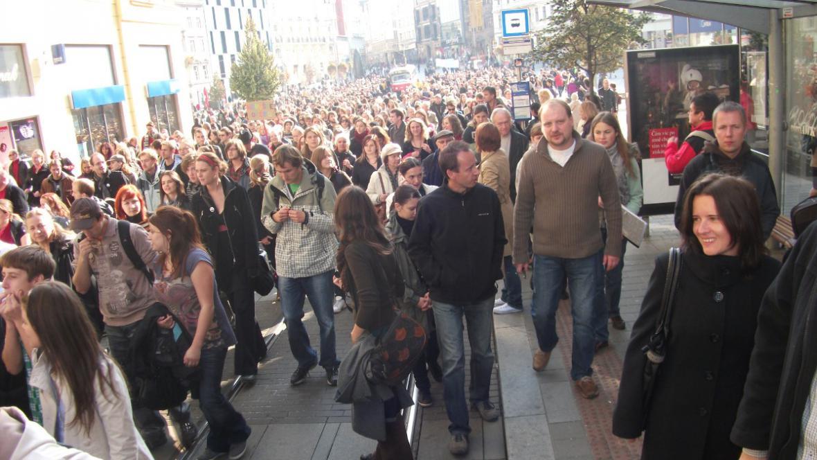 K demonstrantům se cestou připojovaly desítky dalších sympatizantů