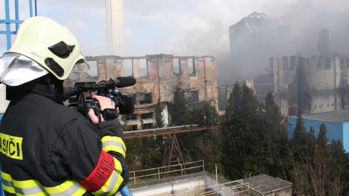 S požárem výrobny plastů v Chropyni bojovali hasiči několik dní