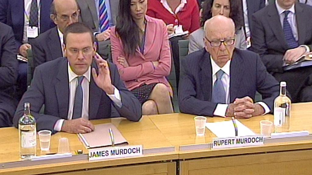 James a Rupert Murdochovi při slyšení v britském parlamentu