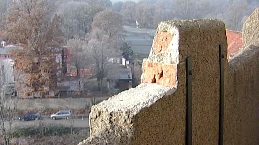 Z ochozu věže opadává zdivo