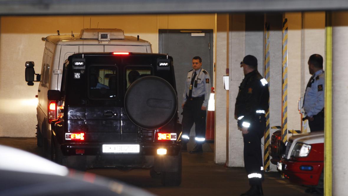 Anders Breivik přijíždí k soudu