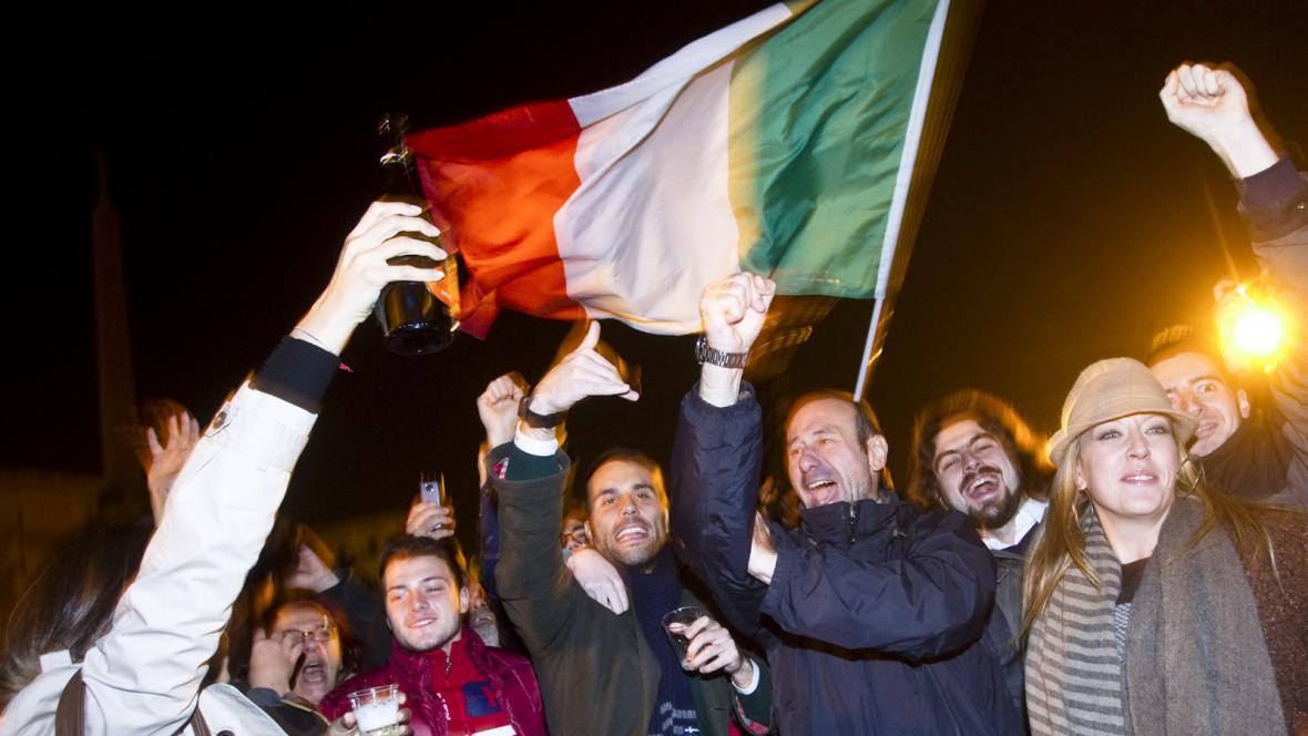 Italové slavící odchod Berlusconiho