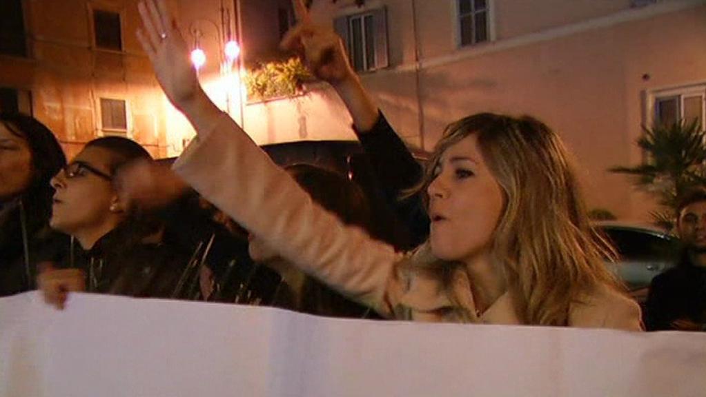 Lidé reagující na Berlusconiho odchod z vlády