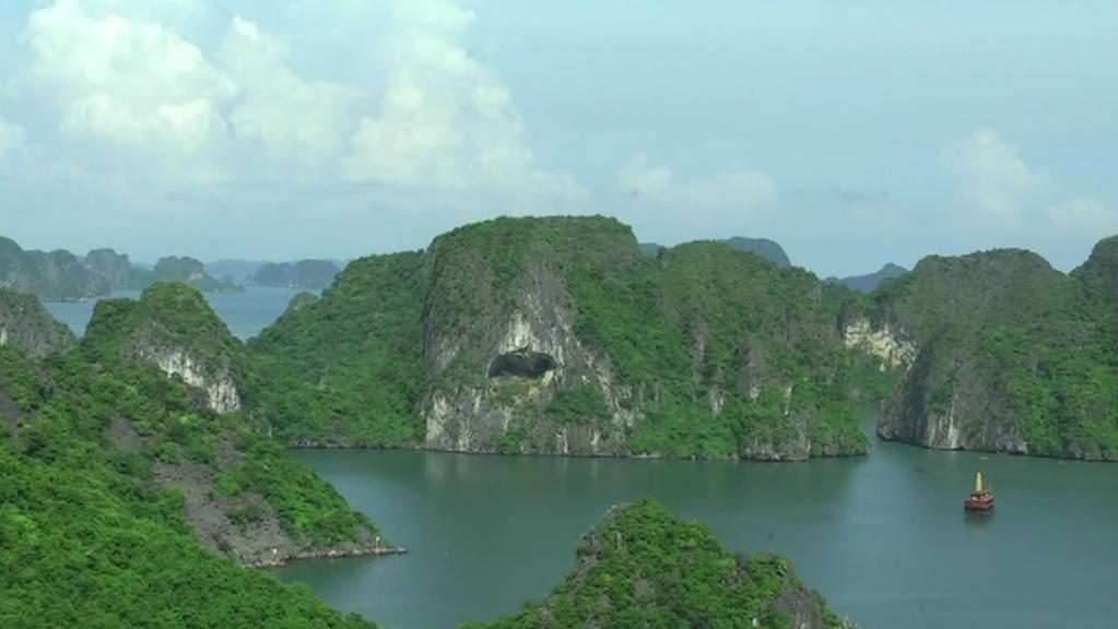 Ha Long (Vietnam) - malebná zátoka v Tonkinském zálivu