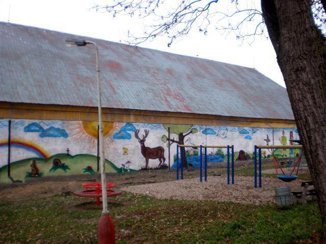 Opravená zeď u nového hřiště v Košticích