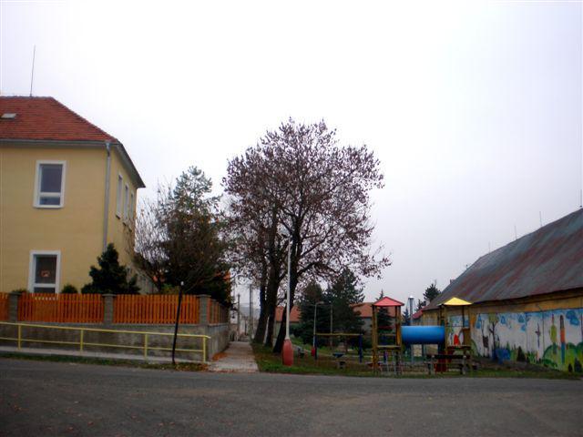 Škola a nové hřiště v Košticích