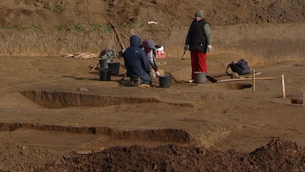 Archeologové odkrývají pravěké pohřebiště