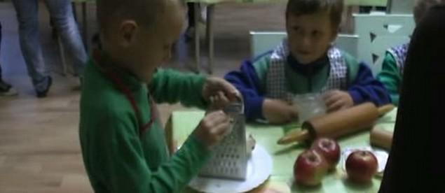 Prvňáčci strouhají jablka na závin