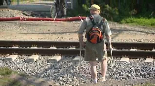 Lidé přecházejí přes koleje stále