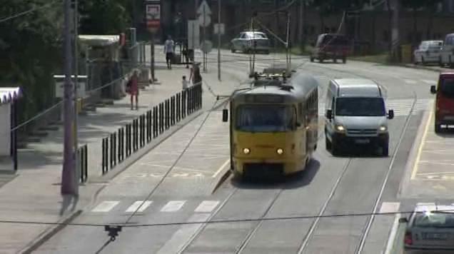Auto objíždějící tramvaj z druhé strany