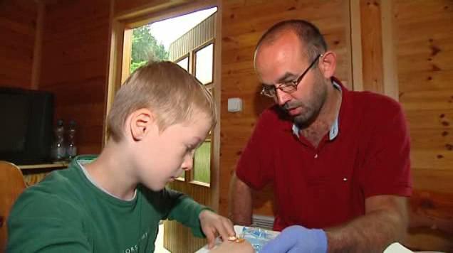 Děti se učí, jak si píchnout injekci