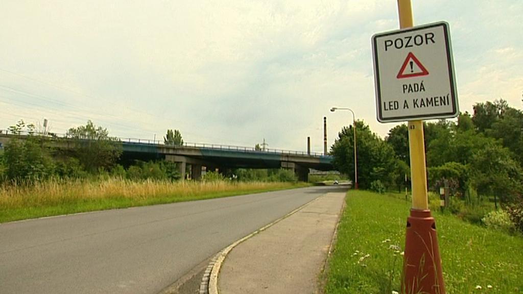 Upozornění před mostem