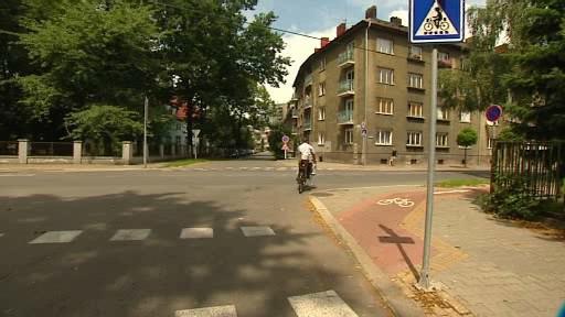 Cyklista na silnici vedle cyklostezky