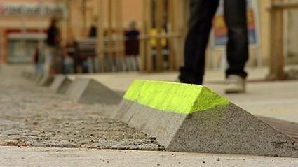 Ostré obrubníky na Havlíčkově náměstí