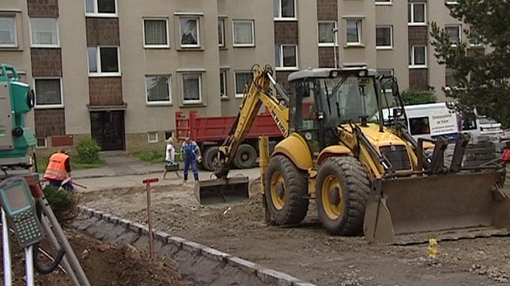 Dělníci upravují Smetanovo náměstí v Havlíčkově Brodě