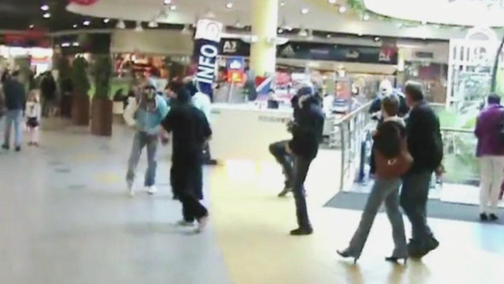 Maskovaní mladíci v nákupním centru