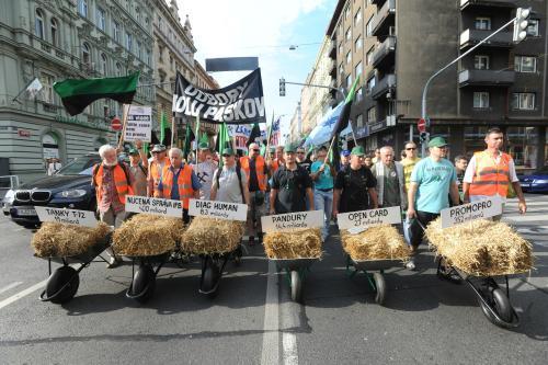 Odboráři pochodují Prahou