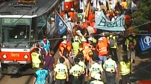 Účastníci demonstrace pochodují Prahou