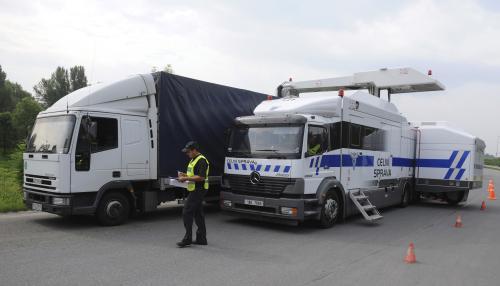 Mobilní rentgen kontroluje kamiony