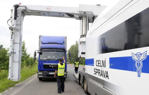 Celní správa kontroluje kamiony