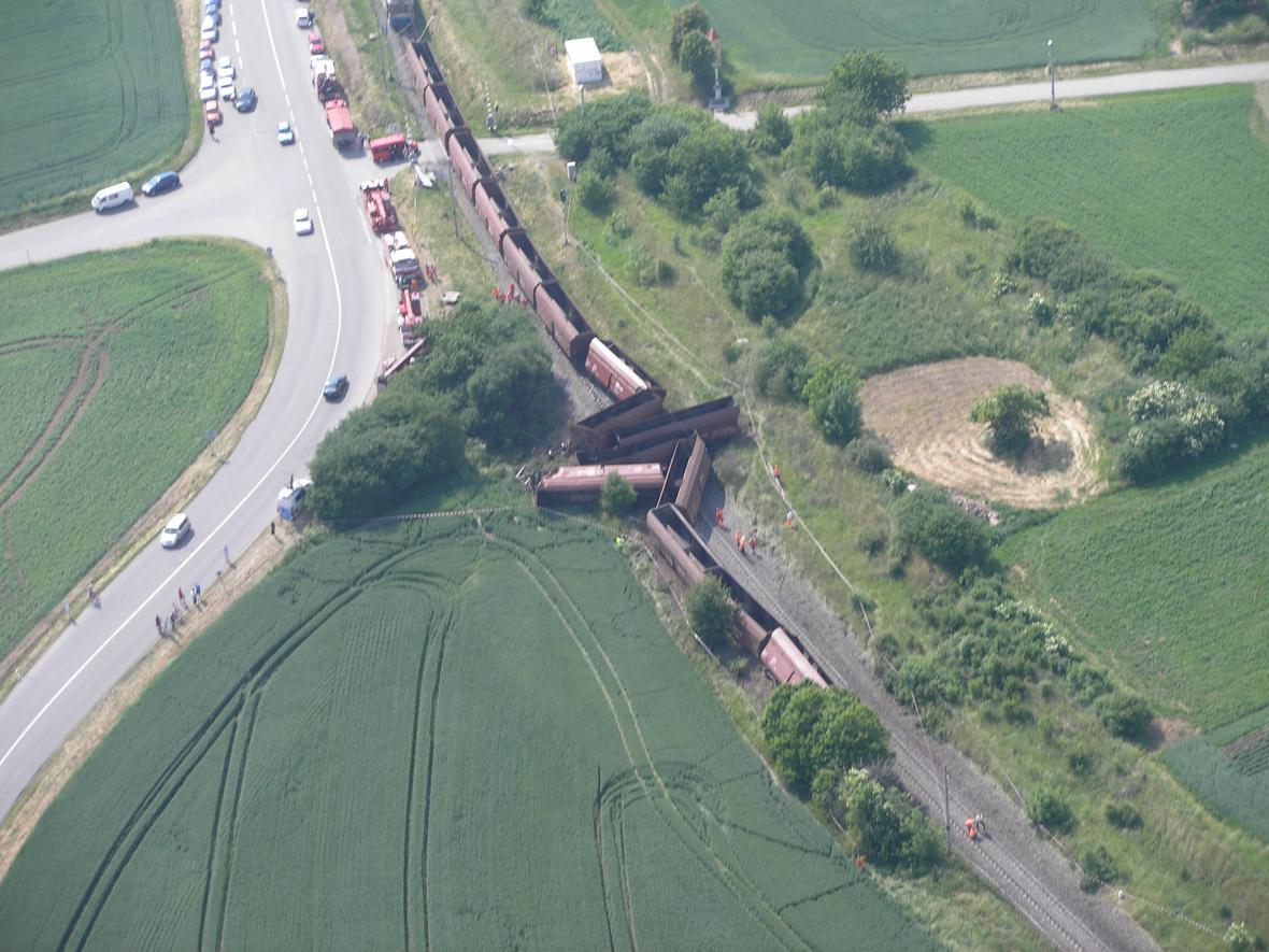 Letecký snímek nehody nákladního vlaku u Topolan