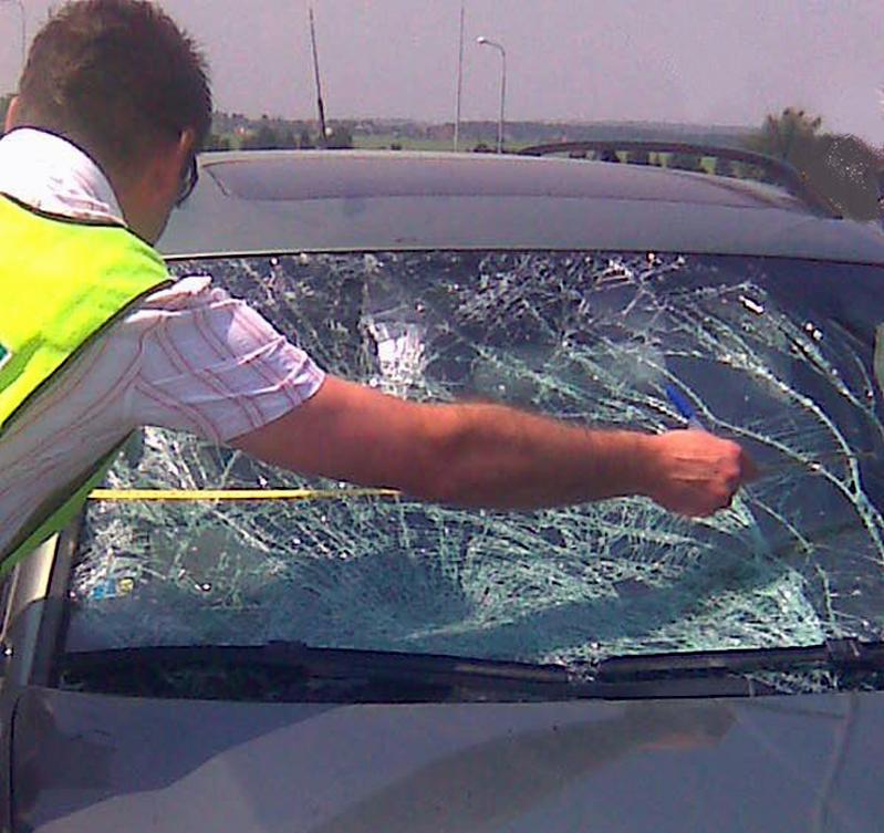 Policie zkoumá havarovaný vůz