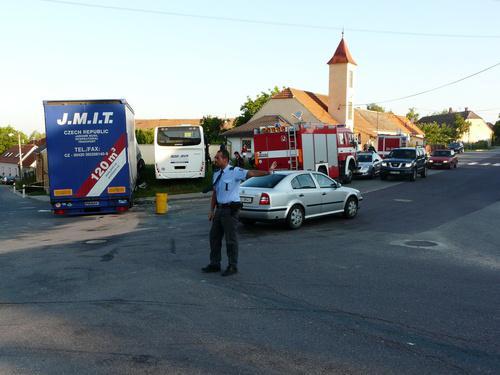 Nehoda autobusu a kamionu v obci Suchohrdly