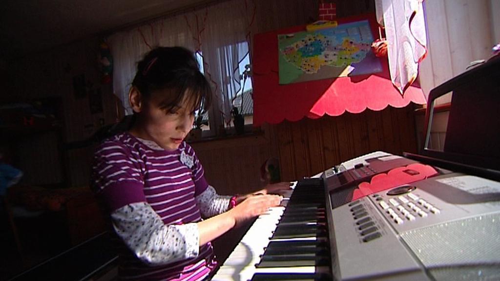 Pavlínka při hře na klavír
