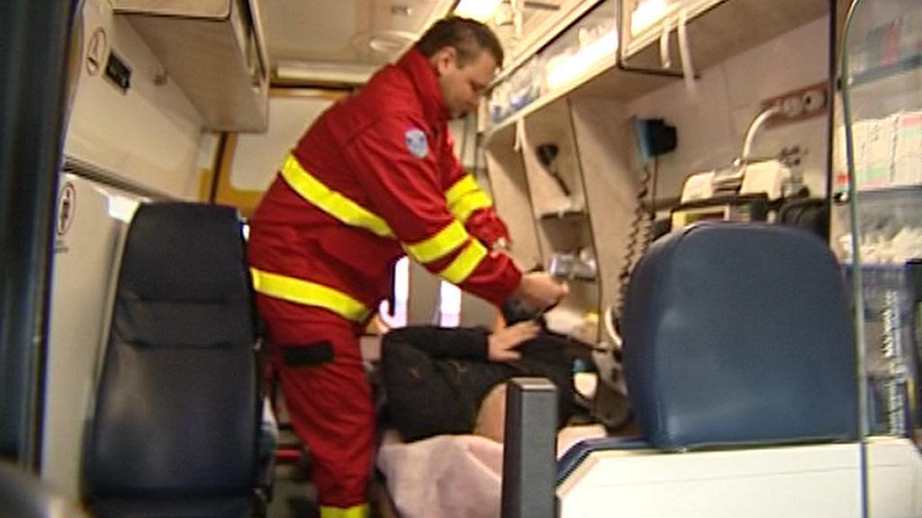 Záchranář poskytuje první pomoc